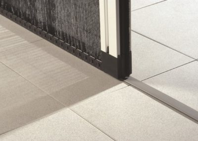 Die Bodenleiste (5mm) stellt keine Stolperfalle dar